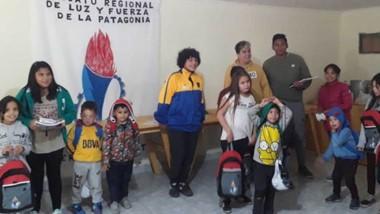 Representantes del gremio entregaron útiles escolares para hijos de afiliados en Gobernador Costa.