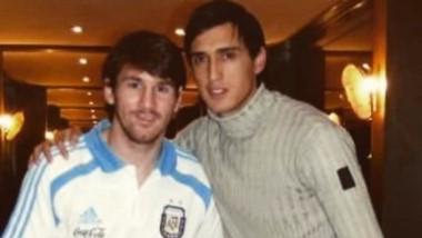 Matías Suárez jugará 8 años después de esta foto con Messi en la Selección Argentina.