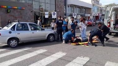 Al hospital. La joven malherida era derivada en una ambulancia hacia el hospital Isola por fuertes golpes.