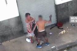 En las imágenes se puede ver cómo un hombre le dio una feroz golpiza a una mujer.