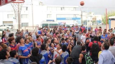 El gobernador Arcioni lanza el balón al aro en el acto de inauguración.