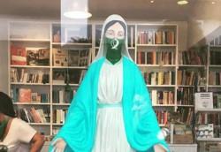 En el interior de la librería del Centro Cultural de la Memoria Haroldo Conti de Buenos Aires se exhibe una Virgen María pintada con un pañuelo verde.