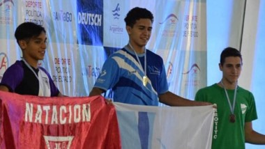 En lo más alto del podio. Augurusa ganó la final de los 50 espalda.