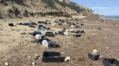 Basura. Una veintena de cajones y basura en Península Valdés.