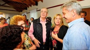 El gobernador durante el encuentro con adultos mayores llevado a cabo en el complejo del SEC de Rawson.