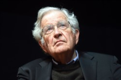 Chomsky analiza con lucidez impar en el documental