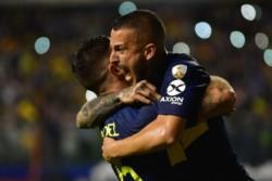 Tras el segundo penal cobrado para Boca, Tevez le dijo al Pipa Benedetto que vuelva a patearlo luego de errar el primero.