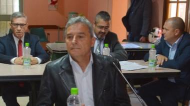Protagonistas. Detrás y a la izquierda de Bortagaray, el juez Piñeda y los fiscales Iturrioz y Nápoli durante las declaraciones ayer en Gaiman.