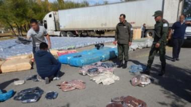 El cargamento iba en un camión repleto de fardos de pasto y escondidos, iban los bultos con la ropa.