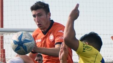 Disputa arriba del balon. El volante Sebastián Corti se desempeñó como lateral derecho.