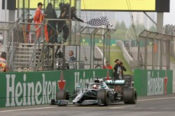 Alain Prost le bajó la bandera a Lewis Hamilton en Shanghai.