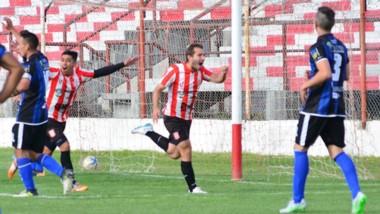 """Martín Bataller, de cabeza, abre el marcador a los cinco minutos de partido. El """"Piojo"""" convirtió tres de los cuatro goles en la serie ante Rincón."""