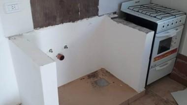Destrozo. Una postal del robo en las casas que todavía no se entregaron en la ciudad petrolera.