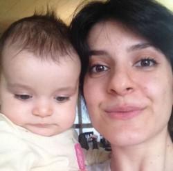 Vida Movahed junto a su hijito. La joven sigue detenida pese al indulto otorgado.