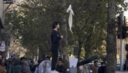 Vida fue la primera mujer que se subió a una caja de electricidad y tras quitarse el hiyab lo colgó en un palo, agitándolo como una bandera.