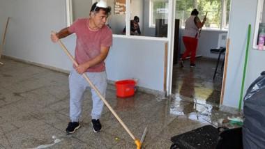 Ayuda. Uno de los vecinos del establecimiento escolar cordillerano que se acercaron a limpiar el lugar.