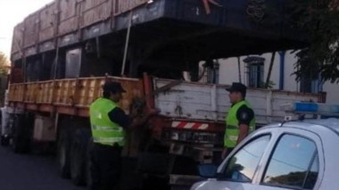 El camionero detenido y su vehículo secuestrado. Tiene varias marcas.