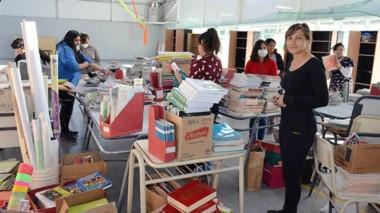 La vicedirectora Cintia Oberti limpiando junto a colaboradores.