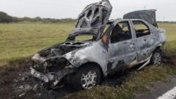 Las jóvenes incendiaron el auto marca Fiat del abusador. (Archivo)