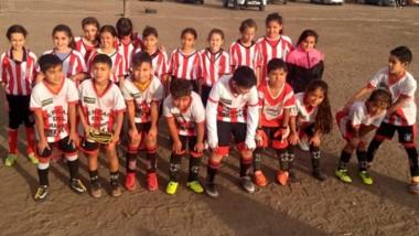 Los niños con las niñas de Racing. Fue la tercera fecha del certamen de fútbol infantil.