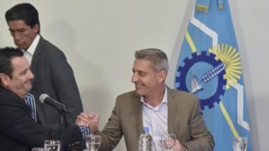 Trato hecho. El gobernador y el intendente de Corcovado firmaron el convenio ayer en Sala de Situación.
