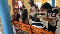 En medio de la crisis, los asistentes y el elenco de la representación religiosa se brindaron los primeros auxilios entre sí en el interior de la iglesia.