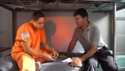 Escena de la película Los infiltrados donde aparece el inmigrante argentino Claudio Rojas.
