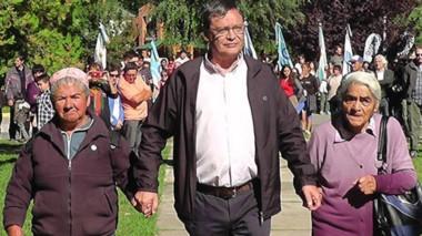 El intendente izó la bandera acompañado por dos abuelas.