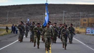 Desfile. El paso de las tropas por la ruta 40 en homenaje a los héroes de Malvinas en una localidad chubutense que fue cuna de un soldado caído.