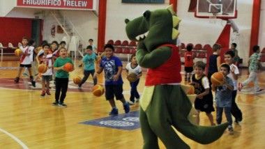 """La mascota del """"Globo"""" se hace presente en los entrenamientos e interactúa y juega con los nenes."""