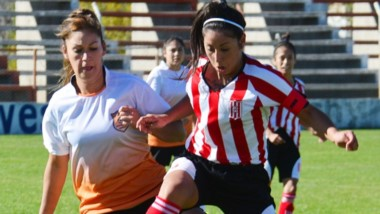 Jennifer Tagliaferro, la capitana de Racing Club, lucha por la posesión del balón con Silvana Roberts, futbolista de Mar-Che.