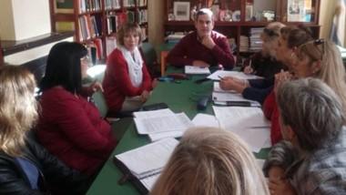 El intendente García  Aranibar y María Zampini junto a integrantes del órgano directivo de la Biblioteca.