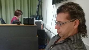 Gabriel López leyendo la Biblia. Hoy está detenido esperando el juicio.