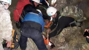 Tarea. Un momento del rescate de los vecinos perdidos en la montaña.