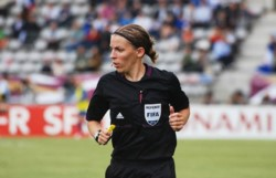 Stéphanie Frappart, que desde 2014 arbitra partidos de la segunda división francesa, se convertirá en la primera en hacerlo en la Ligue 1.