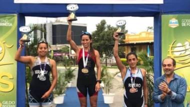 La atleta comodorense Moira Miranda en el segundo escalón del podio (izquierda), en Formosa.