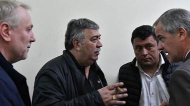 Monesterolo y González junto al titular de la Cooperativa de Trelew.