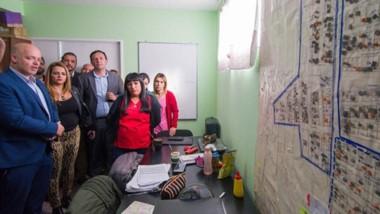 Recorrida. Durante la visita del ministro Pizzi, Maderna anunció la infraestructura sanitaria para el barrio.