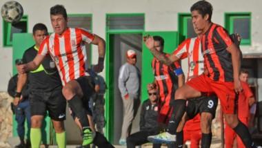 Cristian Tureo y Sergio Martin en escena. Independiente mereció más en el primer tiempo, donde desperdició un penal que pudo ser decisivo.
