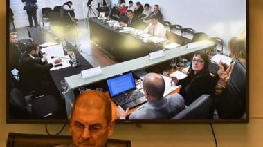 Pantalla. Así lucía la audiencia en la Oficina Judicial de Rawson, reflejada en uno de los televisores.