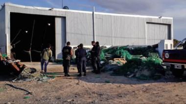 Momentos en que la Policía de Playa Unión procedía a diligenciar una orden judicial junto a la Cooperativa.