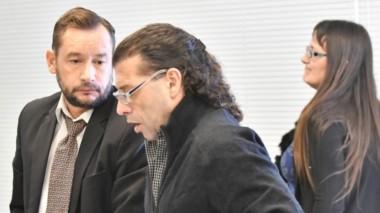 Protagonistas. Desde la izquierda, el defensor Matías Cimadevilla, su cliente Gabriel López y una de las juezas, Ivana González, en Rawson.