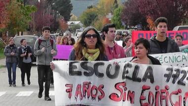 La comunidad educativa de la Escuela 7727 de El Hoyo continúa movilizada.