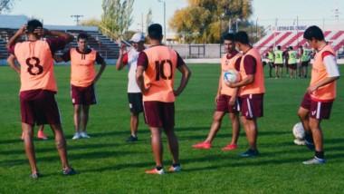 Jaime Giordanella, DT de Racing Club, brinda las indicaciones previas a la práctica de fútbol de ayer. La alineación titular no está definida.