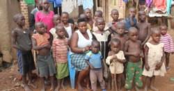 A sus 39 años y con 38 hijos, fue abandonada por su marido y cada día debe encontrar la manera de alimentarlos y cuidarlos.