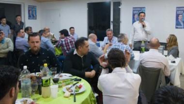 El gobernador y el intendente durante la cena que compartieron en Trelew junto a profesionales.