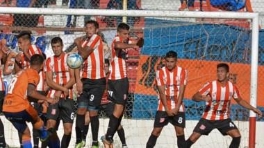 Matías Delgado dispara el tiro libre y marca el segundo gol de la CAI  en la tarde de ayer. El