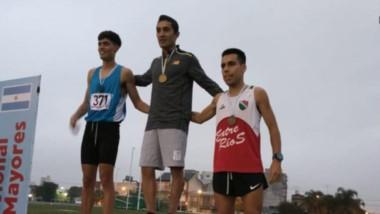 Joaquín Arbe, de Esquel, en el primer escalón del podio. Ganó dos pruebas, los 5000 y 3000 con obstáculos.
