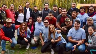 Encuentro. Adrián Maderna y su esposa Lorena Alcalá almorzaron ayer con familias del  ámbito policial.