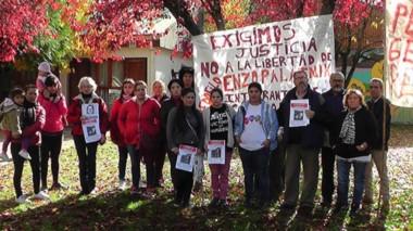 Familiares del grupo Justicia Comarca se movilizaron ayer hasta la fiscalía de El Bolsón.